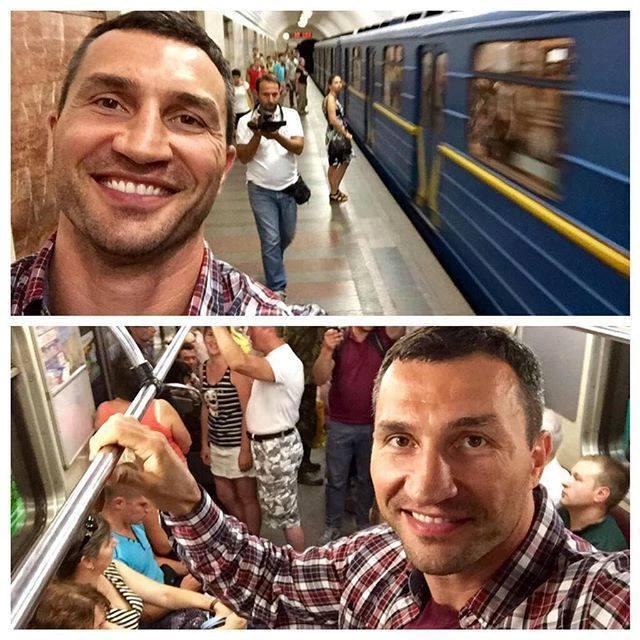 Наш чемпион: Владимир Кличко делает селфи в киевском метро