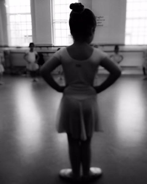 Стильная мама Виктория Бекхэм выложила в Instagram снимок с занятия малышки Харпер в балетной школе.