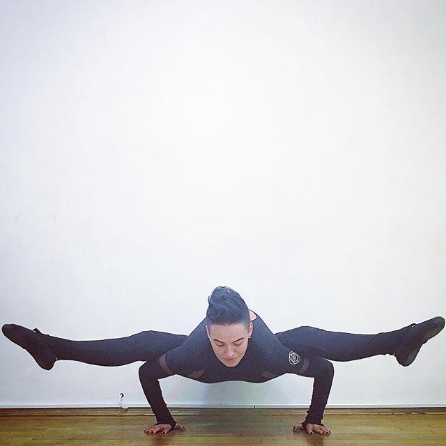 Только спорт: Даша Астафьева демонстрирует нереальные позы в йоге