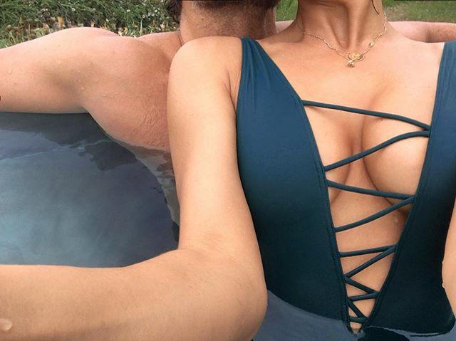Ирина Шейк поделилась с поклонниками эротичным фото в бассейне