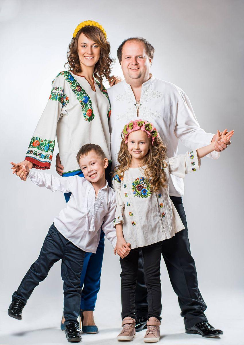 """Солист группы """"ТІК"""" Виктор Бронюк с женой Татьяной и детьми — дочерью Евой и сыном Данилой"""
