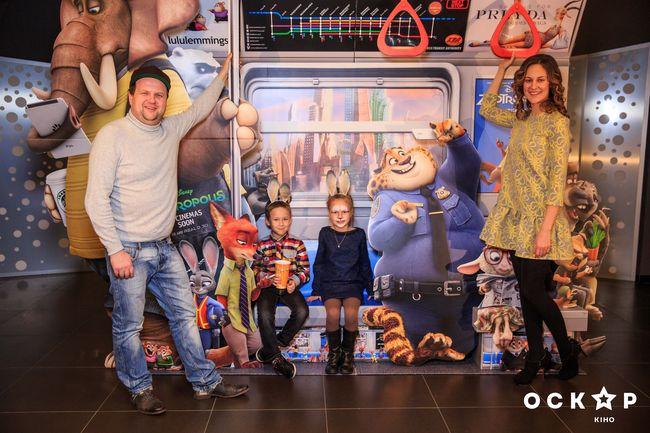 Снежана Егорова и Виктор Бронюк с детьми на премьере мультфильма Зоотрополис