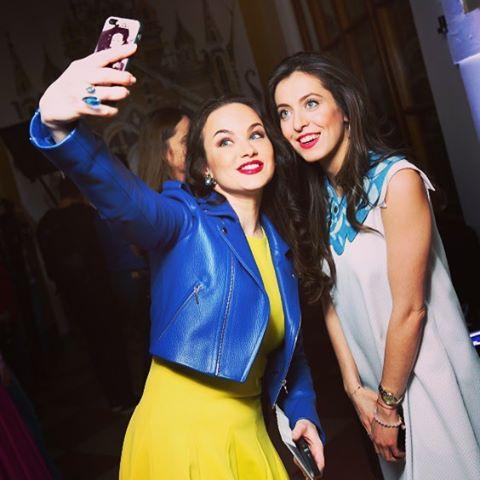 """Звезда сериала """"Маргоша"""" Мария Берсенева вышла в свет в сине-желтом наряде"""