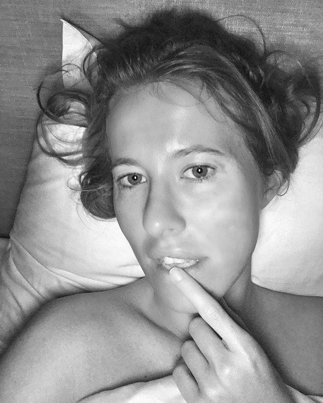 Утреннее селфи: Ксения Собчак позирует без макияжа