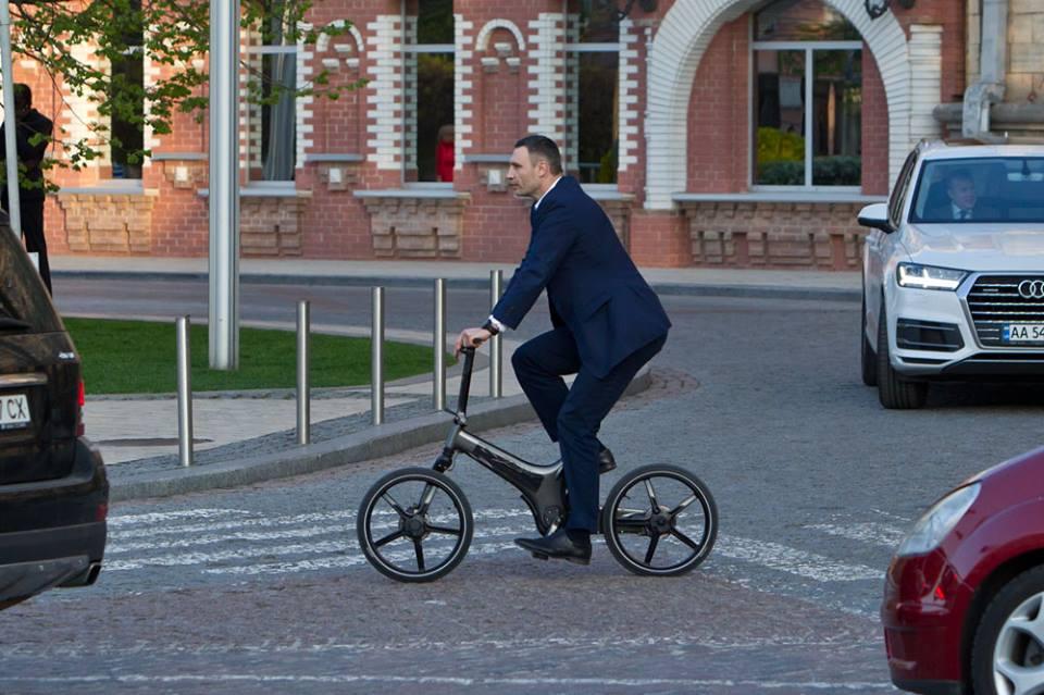 Виталий Кличко отказался от машины и ездит на работу на велосипеде