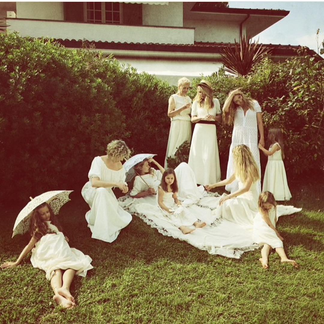 Вера Брежнева поделилась семейной фотографией с сестрами