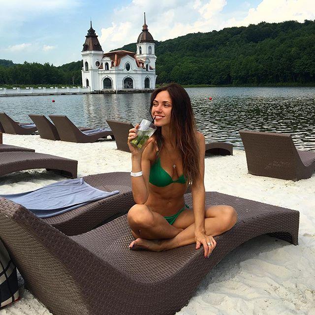 """Вика из """"Неангелов"""" продемонстрировала идеальную фигуру в купальнике"""