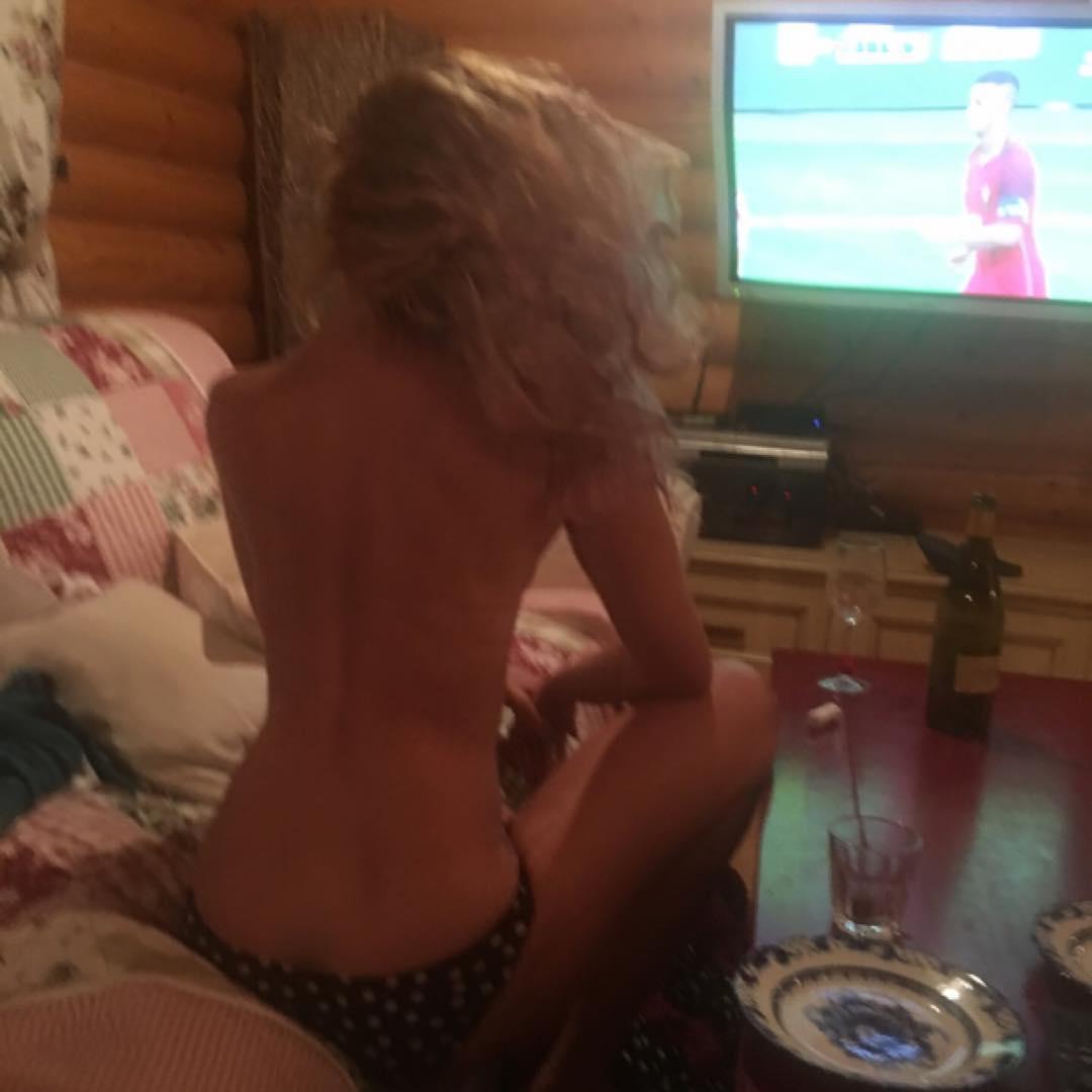 Обнаженная Ольга Полякова показала, как смотрела финальный матч Евро-2016