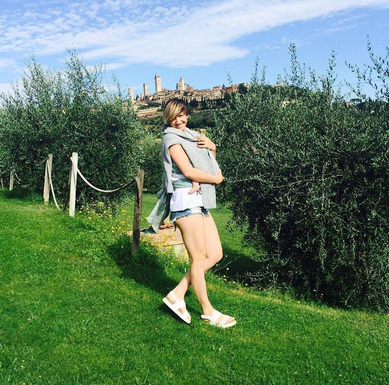 Молодая мама Анита Луценко продемонстрировала идеальные ноги в мини-шортах