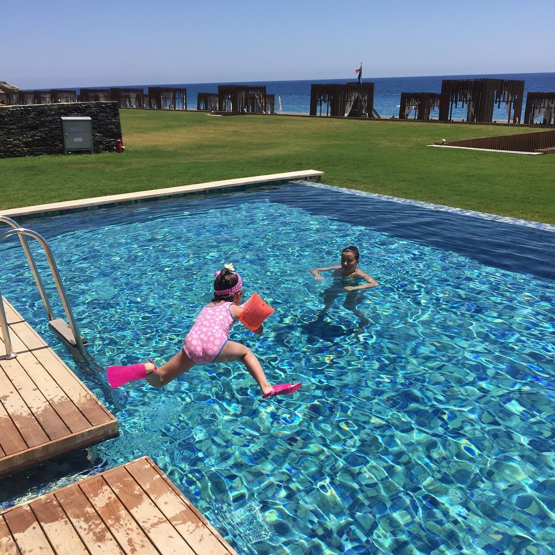 Ани Лорак наслаждается отпуском в Турции с дочерью и мужем