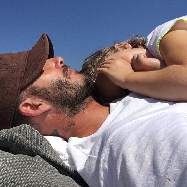Дочь Дэвида и Виктории Бекхэм написала родителям трогательное послание на песке