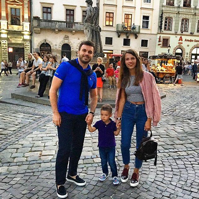 """Ведущий """"Холостяка"""" Григорий Решетник отправился на семейный отдых во Львов"""