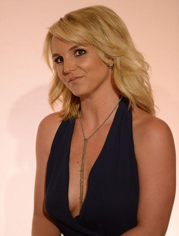 Бритни Спирс вышла в свет в полупрозрачном наряде