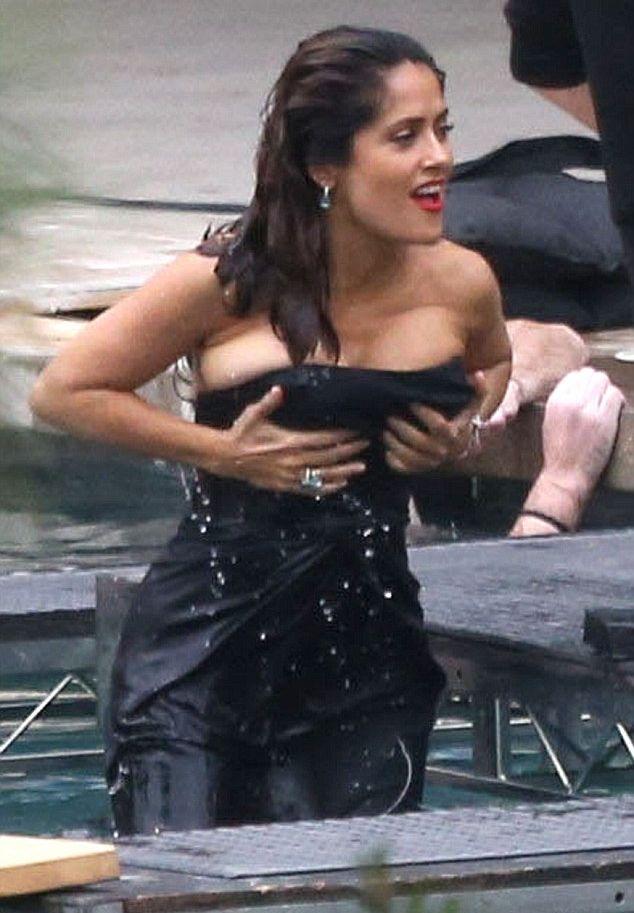 Сальма Хайек шокировала пышной грудью в откровенном платье