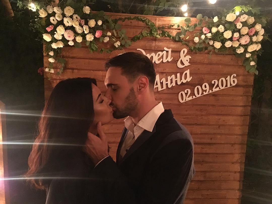 Виталий Козловский и его возлюбленная не скрывают нежных чувств на свадьбе друзей