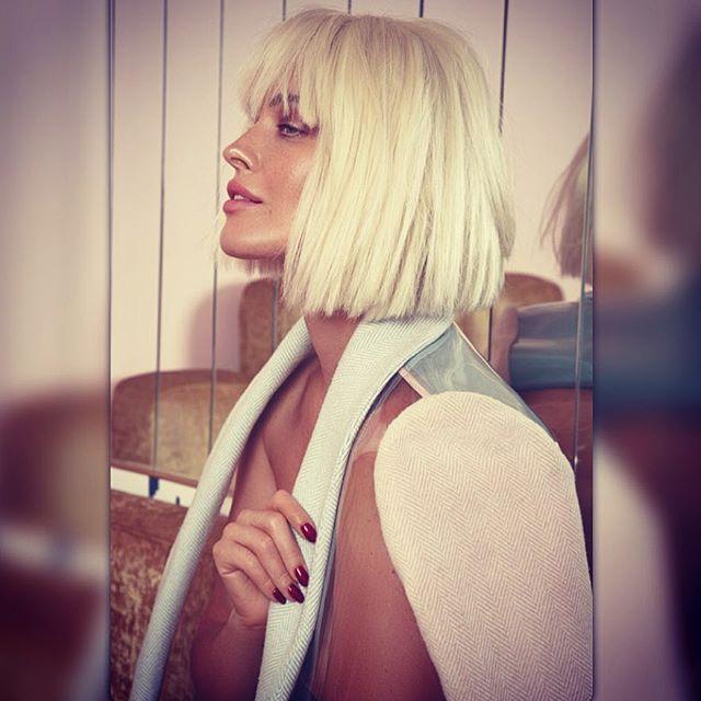 Роковая блондинка: Даша Астафьева соблазняет снимками в стиле ню