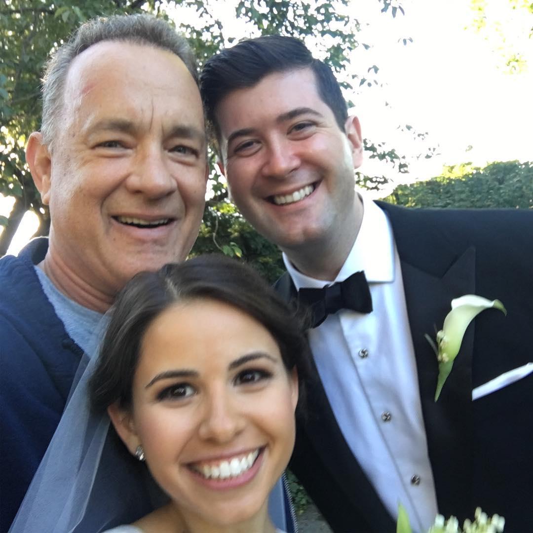 """Том Хэнкс """"испортил"""" молодоженам свадебное фото"""