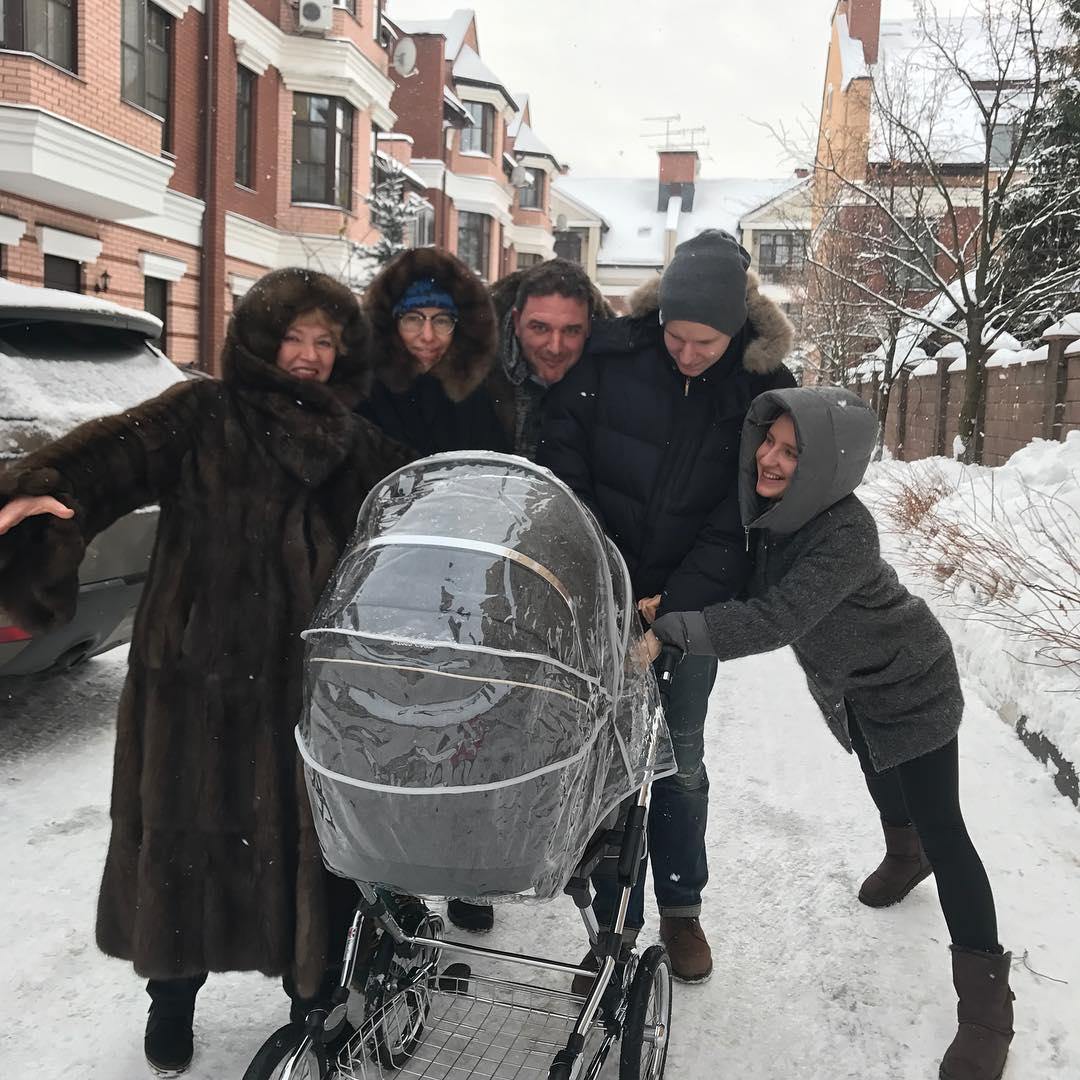 Ксения Собчак с мужем и матерью на первой прогулке с сыном
