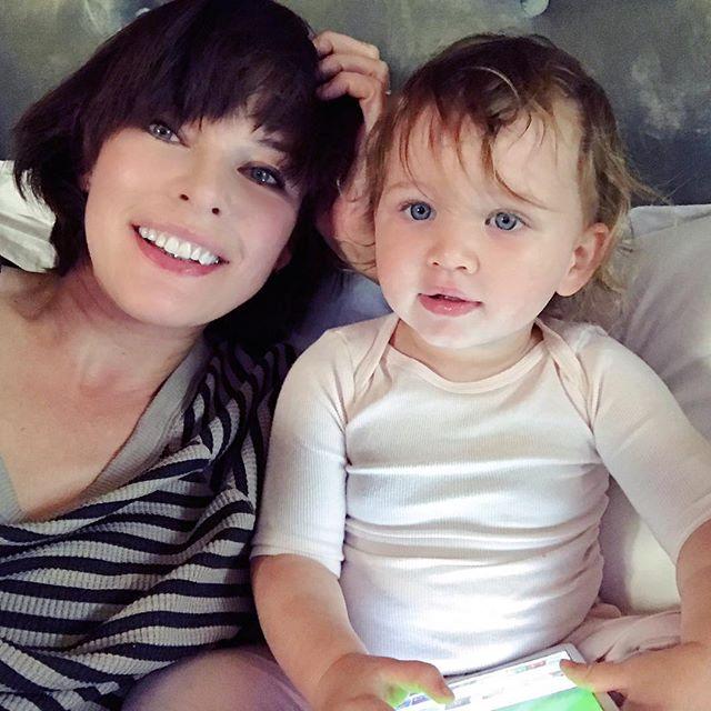 Фотофакт: младшая дочь Миллы Йовович растет ее точной копией