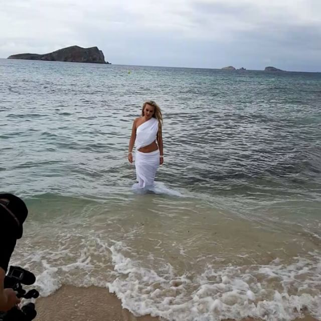 Без фотошопа: 39-летняя Камалия показал фигуру в купальнике