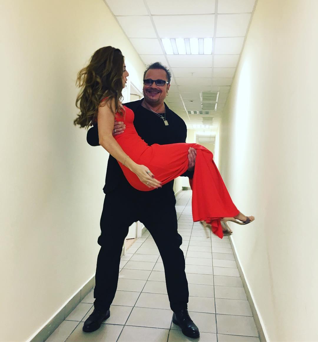 Фотофакт: Владимир Пресняков носит любимую жену на руках