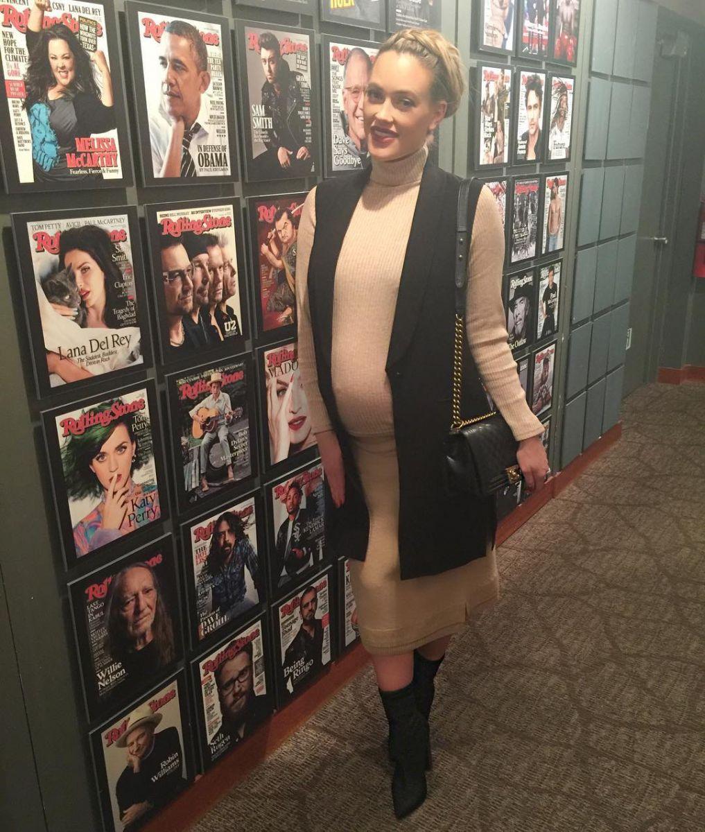 Беременная жена Максима Чмерковского позирует в нижнем белье с большим животом
