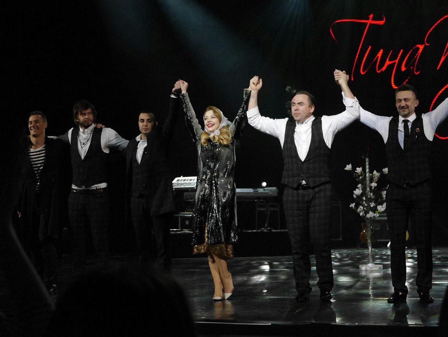 Тина Кароль в золотом платье Marc Jacobs и плаще Christian Dior