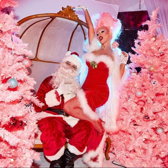 Кристина Агилера порадовала поклонников соблазнительными новогодними образами