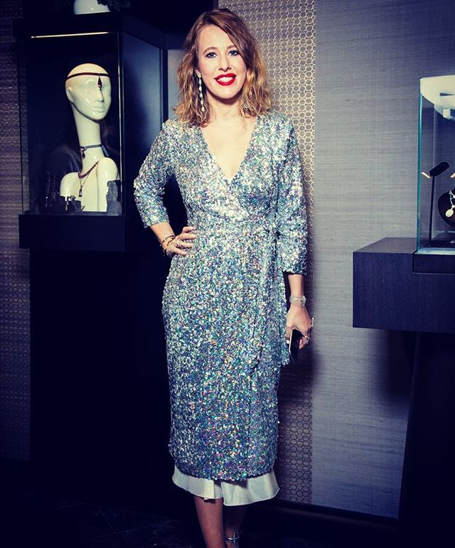 Сияющая красота: молодая мама Ксения Собчак покорила публику в роскошном платье Roseville