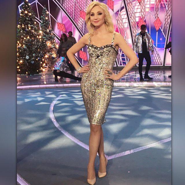 Кристина Орбакайте покоряет стильным нарядом на новогоднем концерте