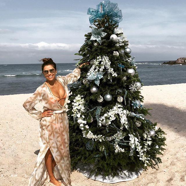 Ева Лонгория в бикини станцевала зажигательный танец на пляже