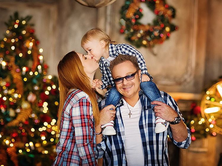 Семейный портрет: Владимир Пресняков, его жена и маленький сын позируют возле елки