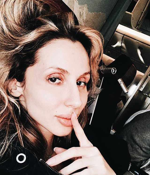 Навстречу приключения: Loboda показала в самолете лицо без макияжа