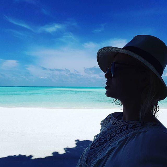Беременная Полина Гагарина улетела на семейный отдых на Мальдивы