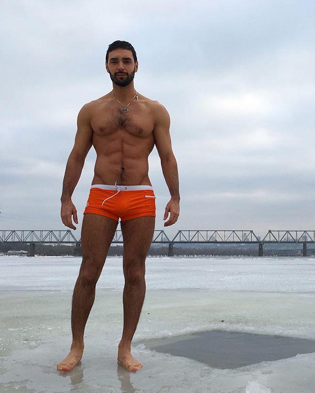 Зимние купания: Виталий Козловский похвастался идеальным телом