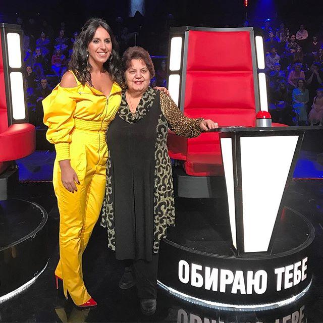 """Джамала в ярком желтом наряде позирует с мамой на шоу """"Голос країни"""""""