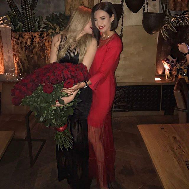 Ольга Бузова покоряет публику в стильном красном наряде