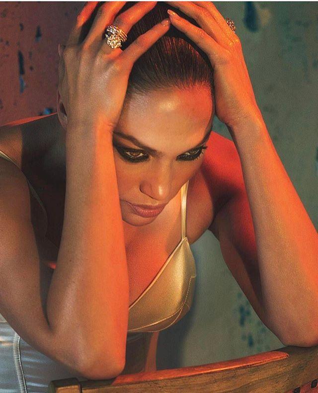 По-богатому: Дженнифер Лопес позирует в золотом боди для новой фотосессии
