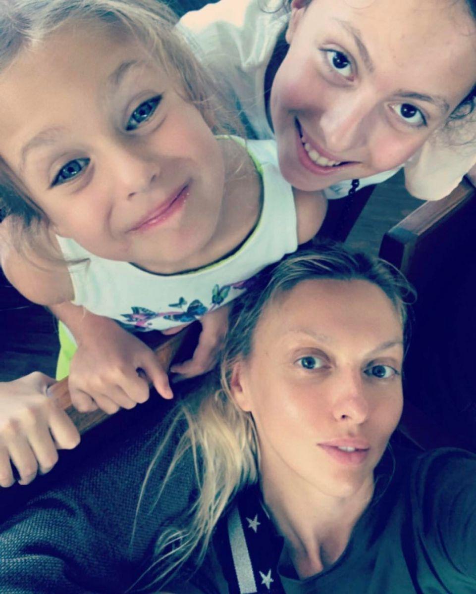Словно сестры: Оле Поляковой не поверили, что она мама своих дочерей