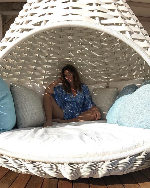 Смело и сексуально: Синди Кроуфорд позирует в голубом бикини