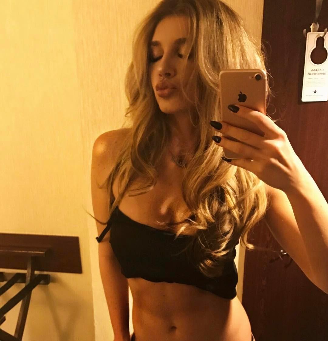 """Идеальное тело: солистка """"ВИА Гры"""" опубликовала голое фото в постели"""