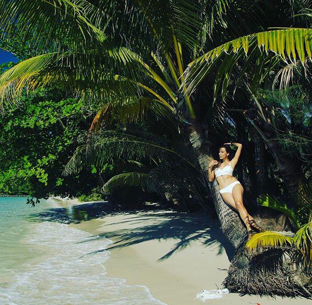 Солнце и пальмы: Регина Тодоренко позирует в белом бикини в Таиланде