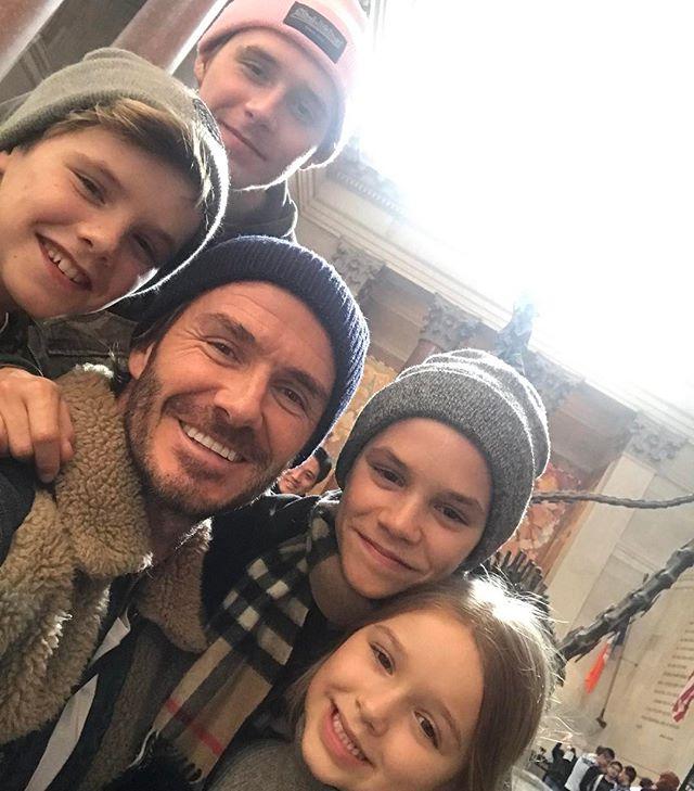 Познаем мир вместе: Дэвид Бекхэм с сыновьями и дочерью Харпер посетил музей