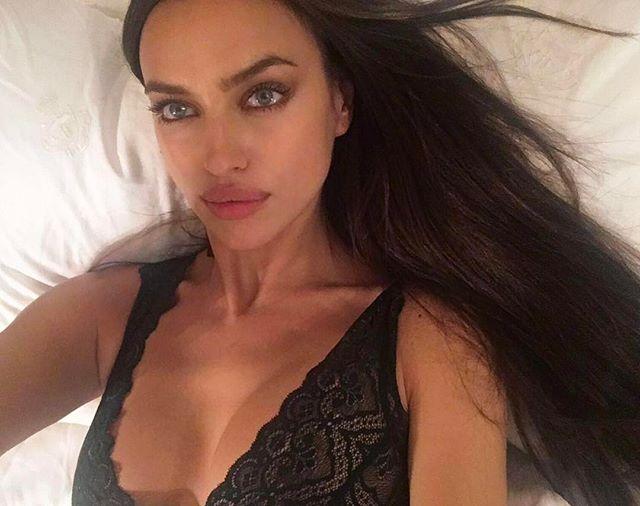 Беременная Ирина Шейк поделилась сексуальным селфи в постели
