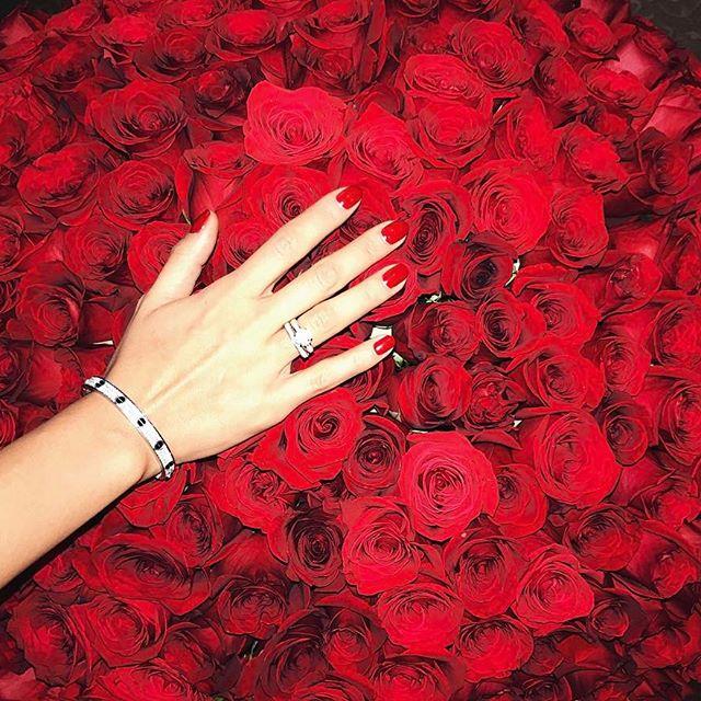 Миллион алых роз: Санту Димопулос задарили многочисленными букетами цветов