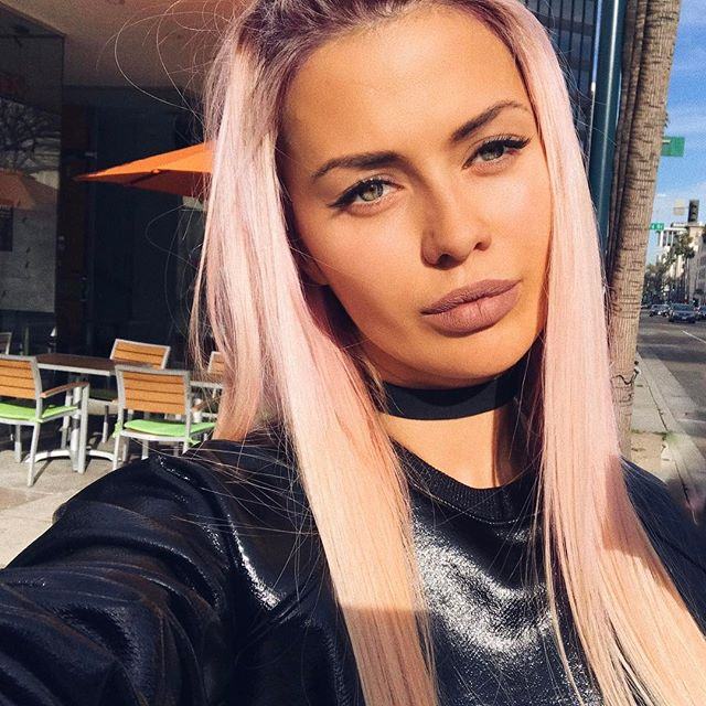 Виктория боня фото с розовыми волосами