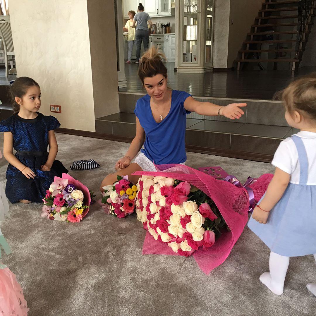 Свершилось: Ксения Бородина впервые показала лицо своей младшей дочери