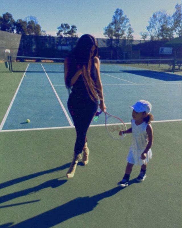 Спортивная мама:Ким Кардашьян с дочерью Норт на теннисе