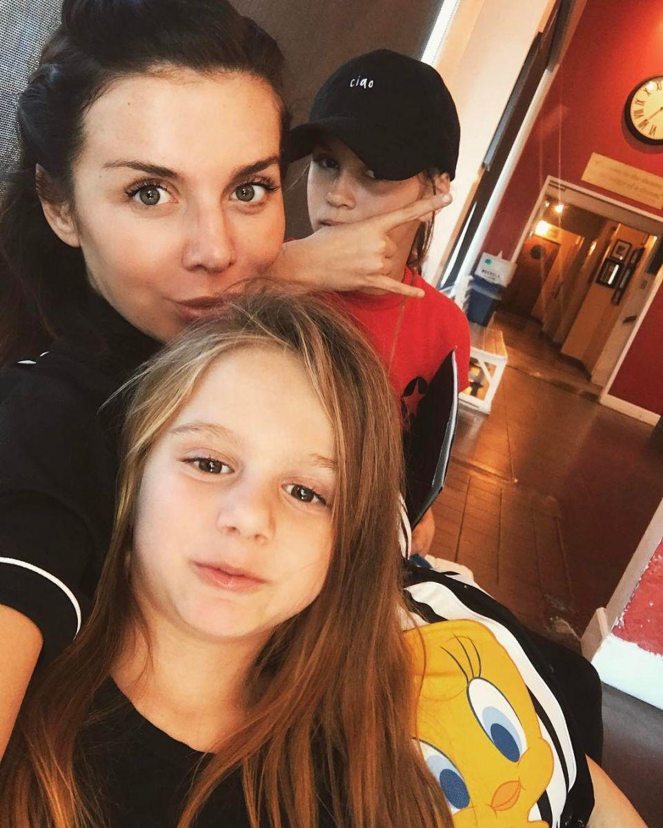 Фото дня: Анна Седокова после родов позирует с дочками в больнице