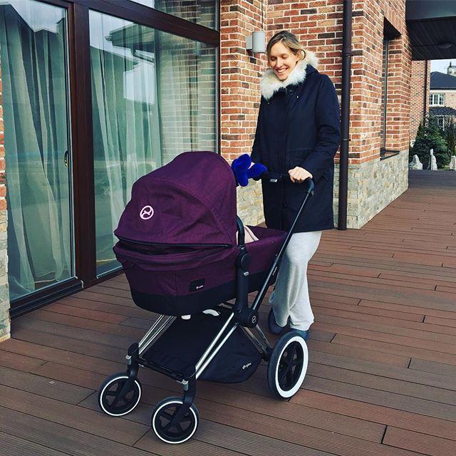 Веселая мама: Катя Осадчая танцует на прогулке с сыном